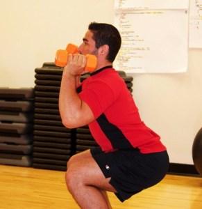 Przysiady to odpowiednie ćwiczenia na potencje. Trenuj tak, aby zaciskanie mięśni kegla podczas stosunku było dla Ciebie łatwością